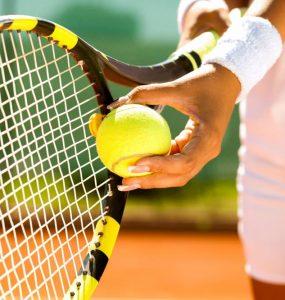 Les chaussures de tennis blanches principale